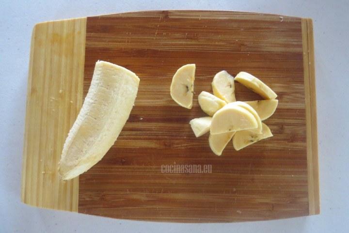Cortar el Plátano por la mitada y después en rebanadas algo gruesas