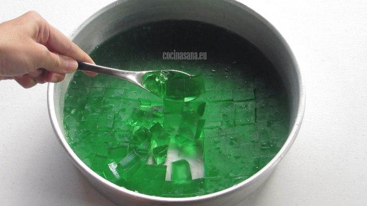 Cortar la gelatina en cubos o dados del tamaño que más te guste.