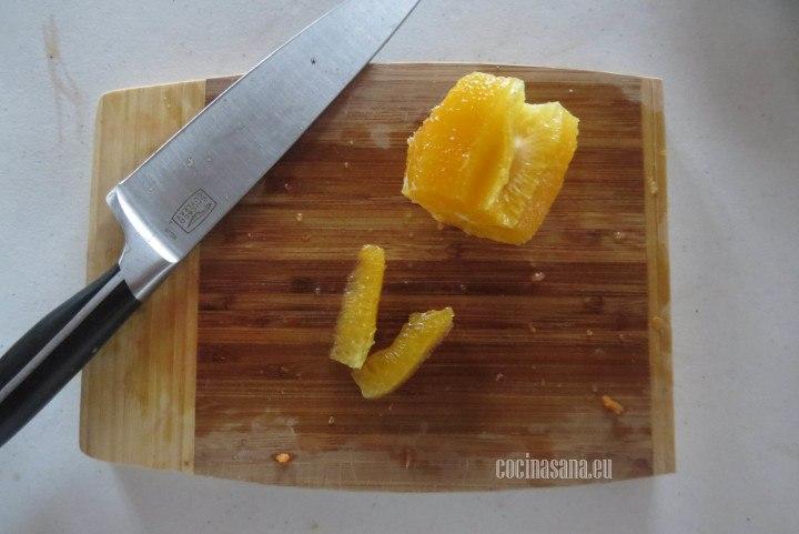 Cortar la Naranja y obtener supremas de Naranja cortando la piel hasta exponer los gajos y con un cuchillo pequeño retirar la naranja.