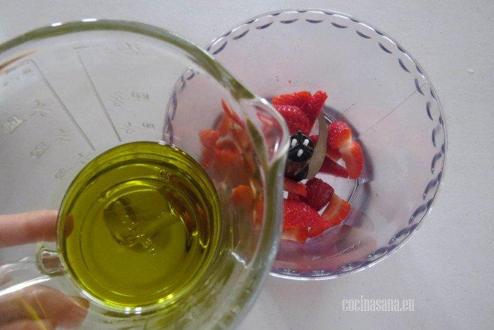 Preparar el Alino con el aceite de olivas y las fresas picadas.