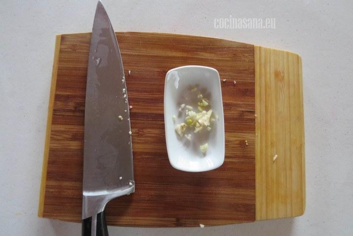 Picar el ajo finamente o si tienes un triturador de ajos aprovecha para usarlo.