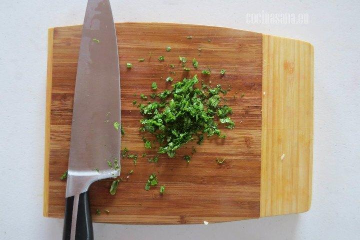Picar muy finamente el cilantro para que se adhiera mucho mejor a la receta y le de mucho más sabor.
