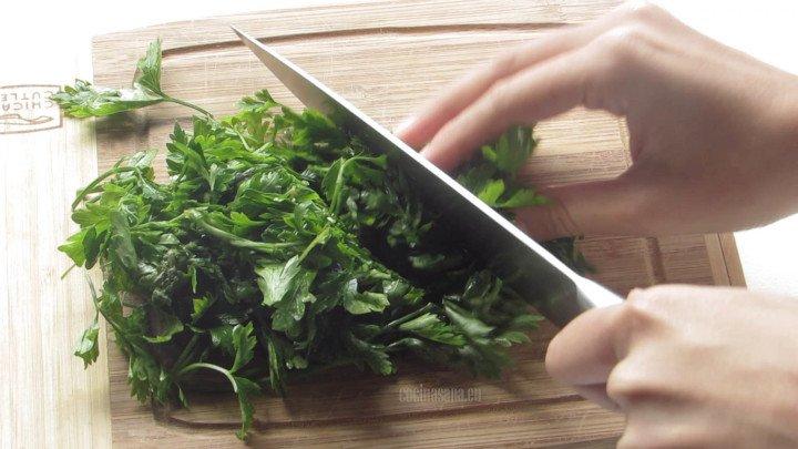 Picar el Perejil puede ser toscamente no tiene que quedar muy fino pues esto se va a licuar con el resto de los ingredientes.