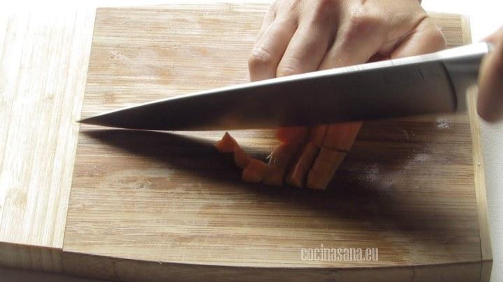 Cortar las verduras que irán en el relleno finamente para que se puedan rellenar los pimientos con facilidad