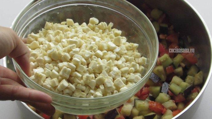 Saltear las verduras poco a poco hasta que estén suaves, agrega el maíz al final.