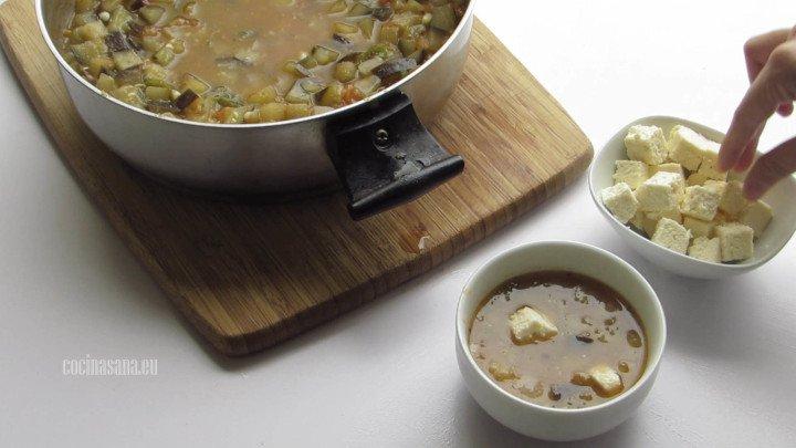 Añadir el queso a la sopa, agrega al momento de servir para evitar que se deshaga en la sopa