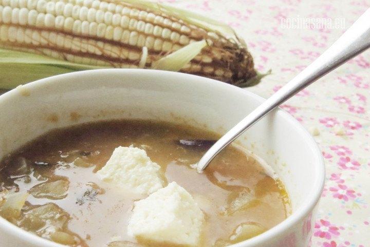 Sopa de Elote con berenjena, servida con un poco de queso.