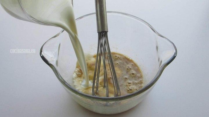 Agregar la Leche a la masa para los buñuelos