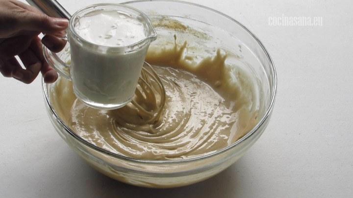 Agregar la crema o nata a la mezcla de batido para darle más humedad para que nuestro pan quede delicioso