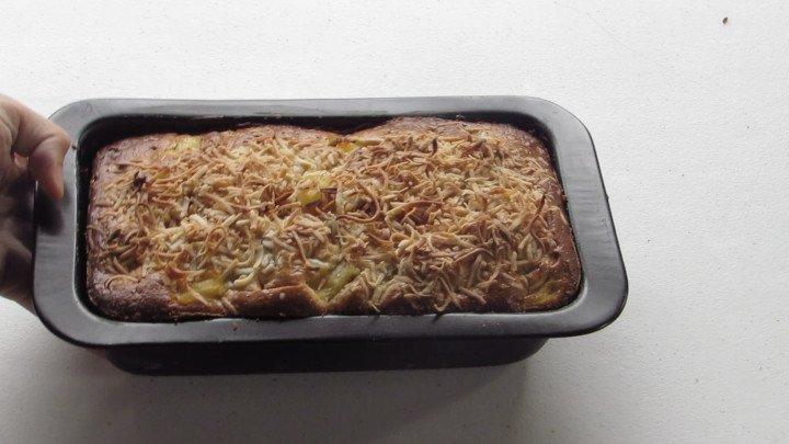 Llevar el pan al horno y hornear por hasta que al insertar un palillo o la punta de un cuchillo este salga limpio