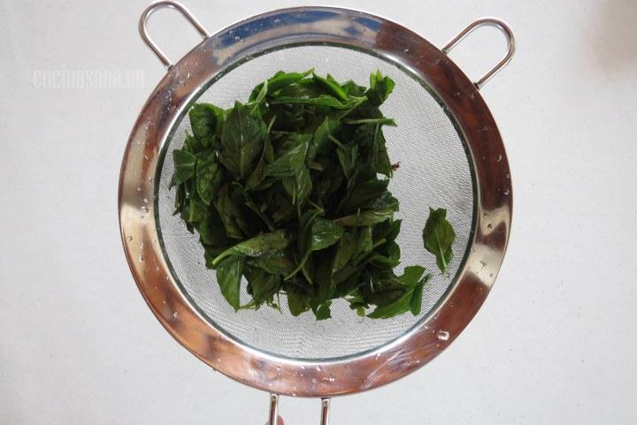 Limpiar la albahaca retirando las hojas del tallo y desinfectar muy bien.