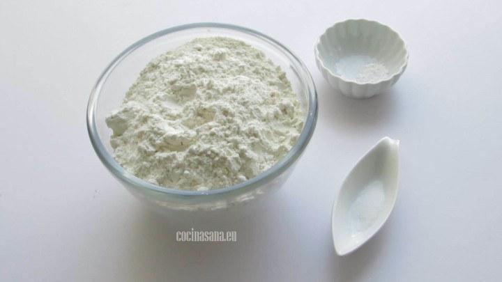 Mezclar los ingredientes secos en un recipiente profundo.