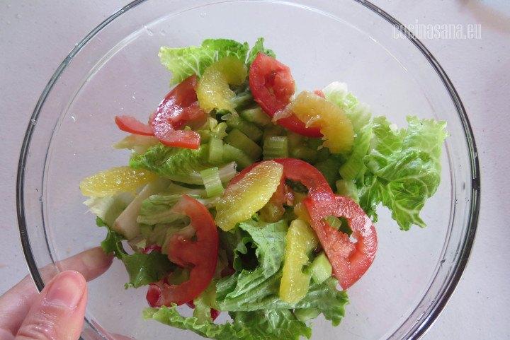 Combinar los Ingredientes de la ensalada en un recipiente