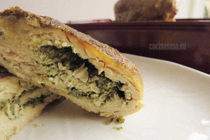 Pollo relleno de pesto de albahaca y queso