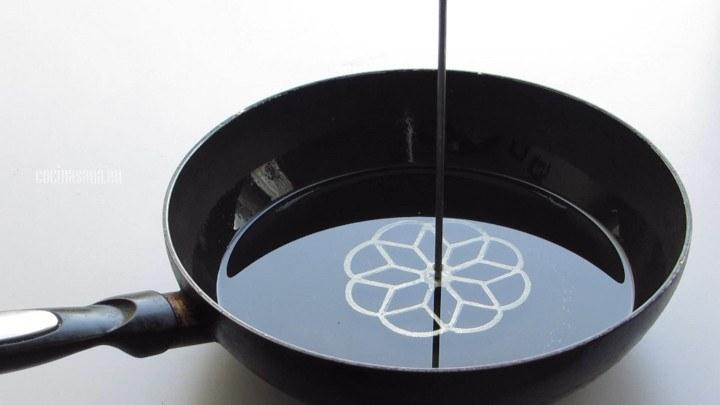 Reposar Molde en el aceite caliente para que puedas preparar los buñuelos