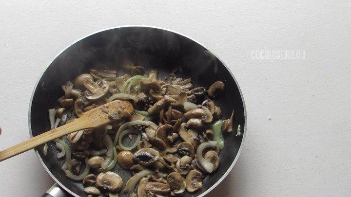 Se saltean los Champiñines con las cebollas para preparar el sofrito de la pasta