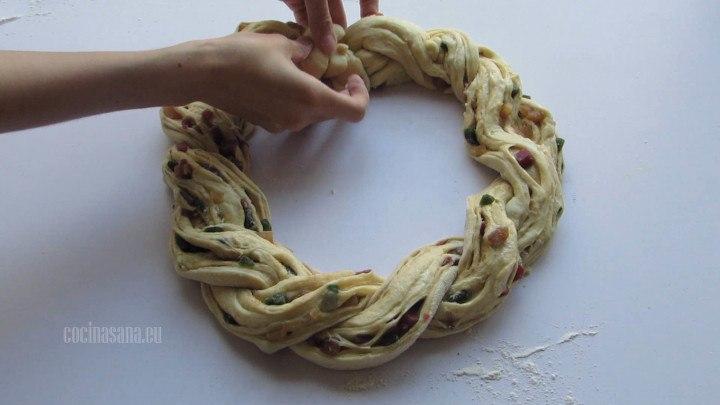 Darle Forma a la Rosca uniendo los extremos y acomodando los bordes para que se muestren todas las partes abiertas