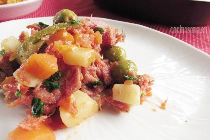 Atún ahumado con verduras y aceitunas perfecto para acompañarse con tostadas o galletas