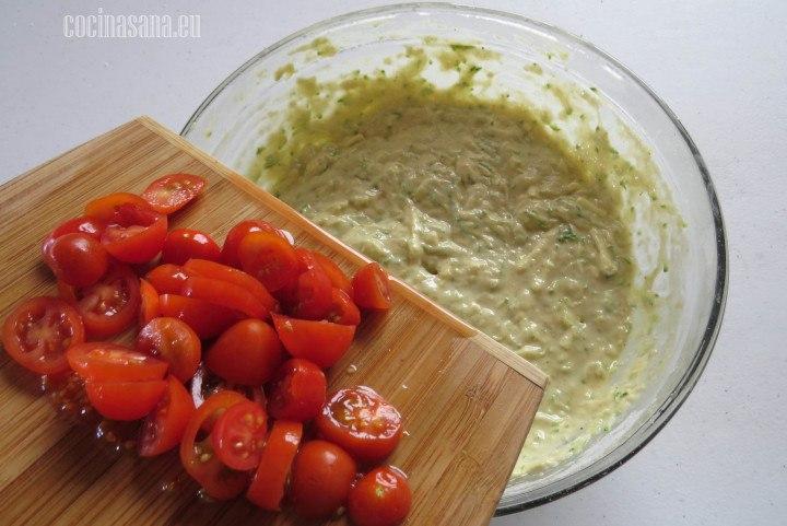 Agregar los tomates que cortamos en trozos o rodajas y batir la masa solo hasta incorporarlos.