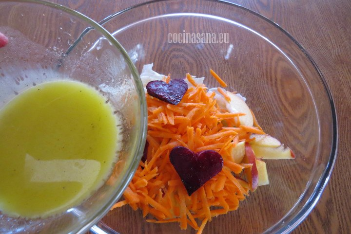 Aliñar la ensalada agregando el aderezo o vinagreta que prefieras