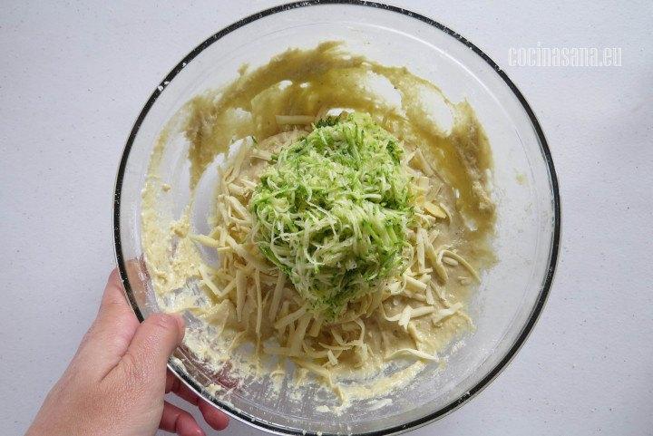 Añadir el Calabacín y el queso rallao a la masa de los cupcakes o muffins