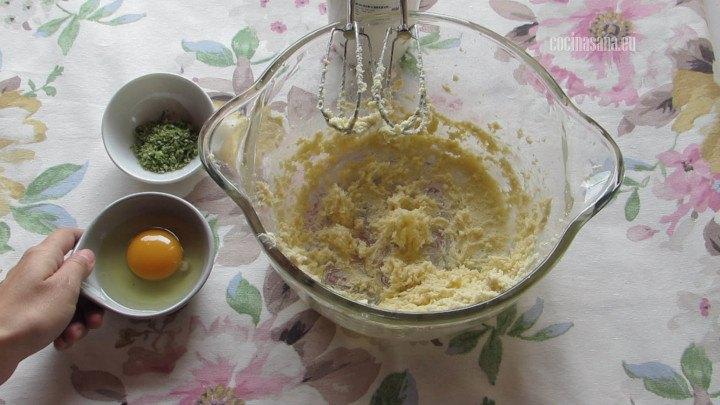 Añadir el Huevo pieza por pieza hasta incorporar perfectamente a la preparación