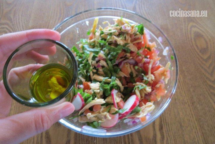 Agregar el Aceite y mezclar perfectamente para condimentar la preparación