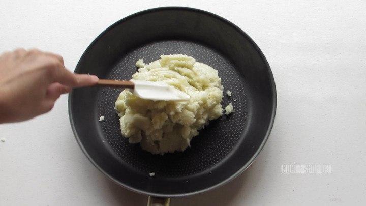 Preparar la Coliflor pasar a una sartén para retirar la humedad de la coliflor.
