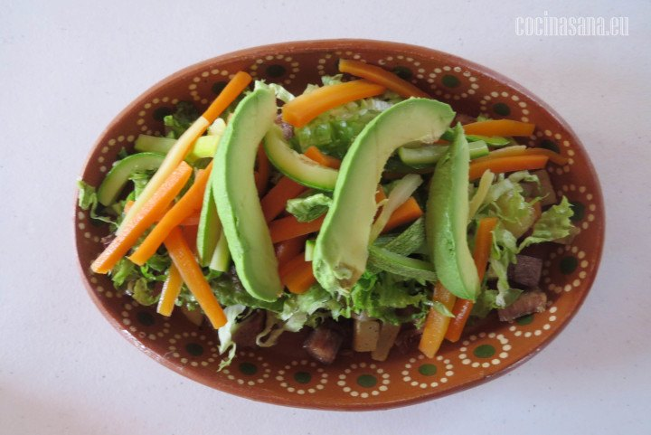 Agregar los vegetales la zanahoria, calabacín y el aguacate para servir esta receta.