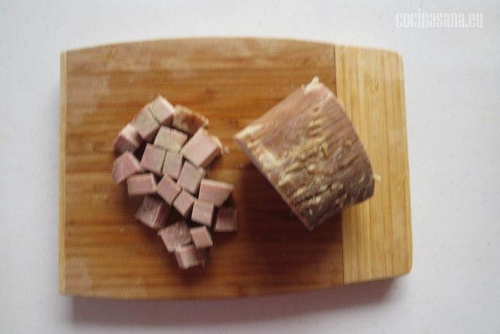 Picar la carne ya cocida en trozos o cubos del tamaño de un centímetro
