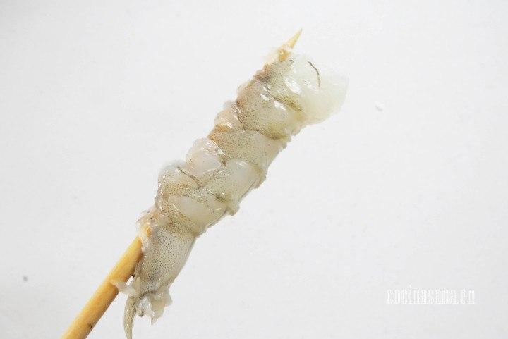 Insertar en el Palillo o en el palo de brocheta para que queden rectos y sea más fácil colocar en el sushi