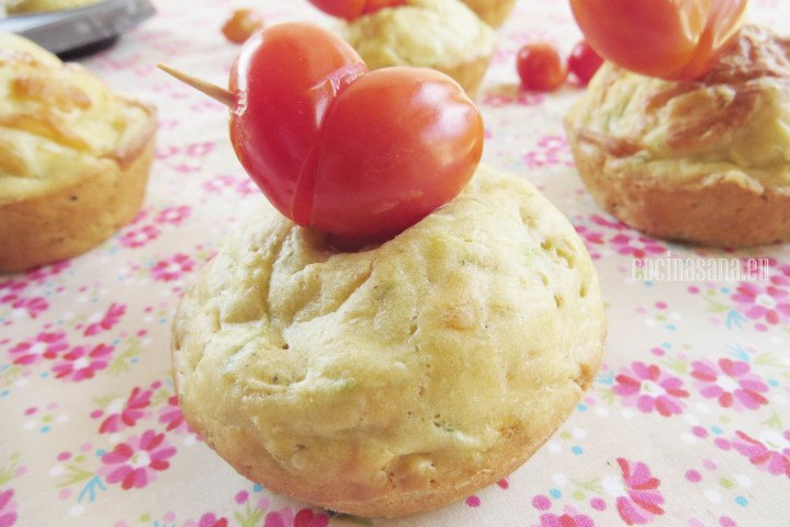 Muffin con tomate cherry como decoración, este tipo de pastelitos son salados perfectos para regalar en san valentín a aquellos que no disfrutan de los dulces.