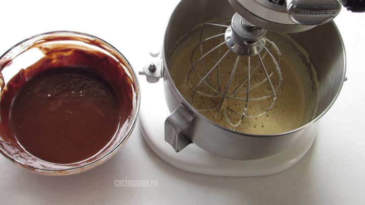 Agregar el Chocolate a la preparación y mezclar perfectamente hasta incorporar.