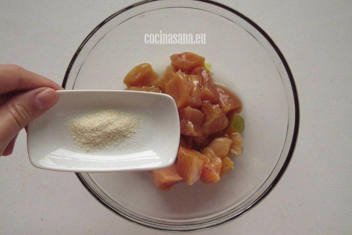 Agregar el Ajo y la cebolla en polvo al pollo para preparar la marinada.