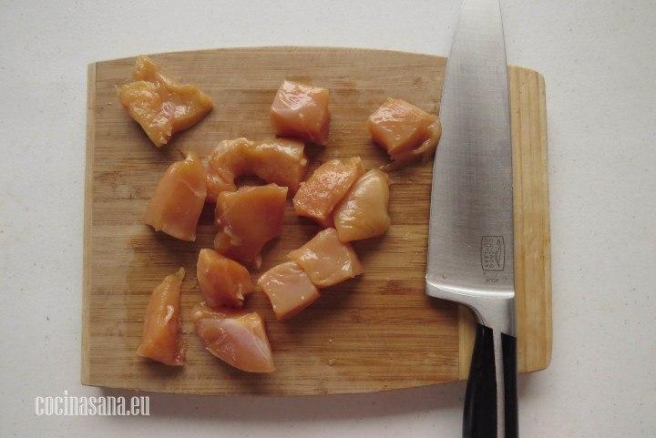 Picar el Pollo en trozos o porciones del tamaño de un bocado para que sea más fácil comerlas
