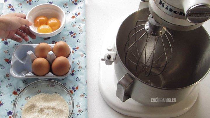 Mezclar el Huevo y Azucar, lo recomendable es utilizar una batidora puesto que hay que batir mucho hasta que se esponje la preparación y tenga un color claro para esta receta utiliza un batidor de globo.