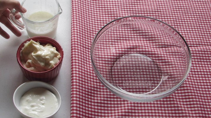 Agregar la Mayonesa y mezclar con el resto de los ingredientes líquidos en un recipiente profundo.