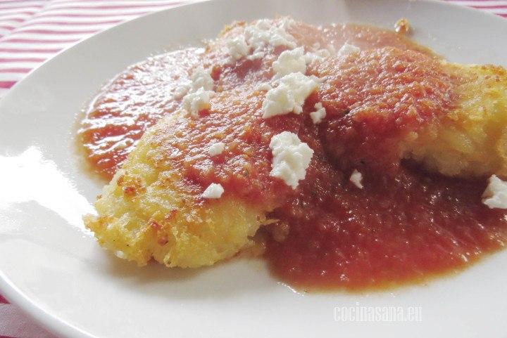 Bañar las Tortitas con la salsa de tomate y orégano que preparamos.