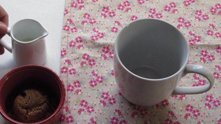 Mezclar el Aceite con Azúcar en la taza o el bowl donde decidas preparar el pastelito.