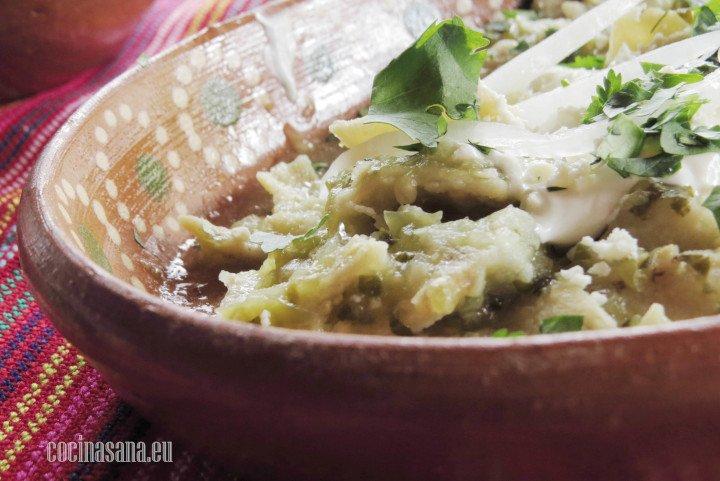 Chilaquiles Verdes con Cilantro, tomate verde, queso, un poco de cebolla y crema.