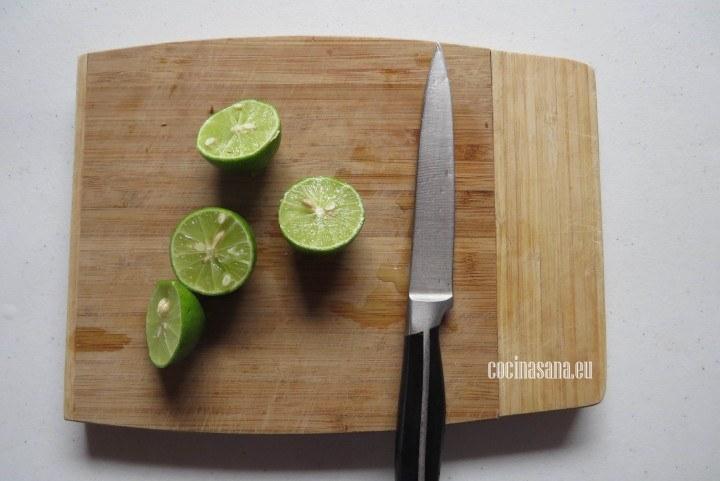 Cortar el limón y extraer todo su jugo recuerda retirar las semillas ya que pueden ser muy amargas.