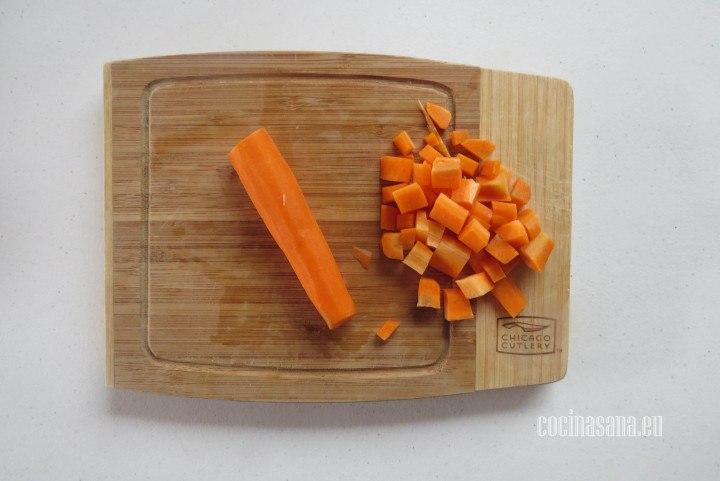 Picar la zanahoria en cubos al igual que la papa o patata para que tengan más o menos el mismo grosor.