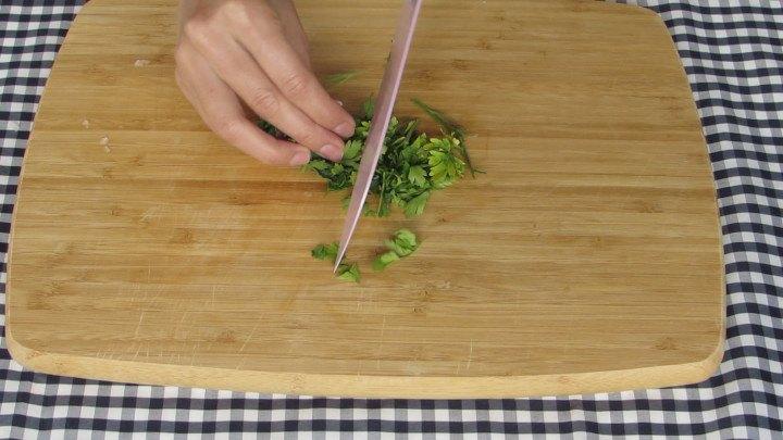 Picar el cilantro finamente no te olvides de lavar y desinfectar muy bien el cilantro