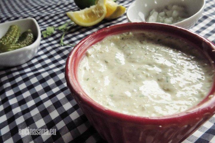 Salsa tartara elbaroda con pepinillos cebolla y demás condimentos para que tenga un sabor intenso y diferente.