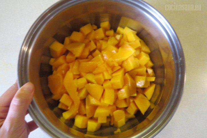 Colocar el mango en la cacerola, recuerda que debes picarlo no importa que no sea uniforme de hecho de manera rústica le dará una buena textura a la mermelada.