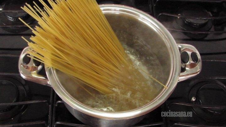 Cocinar la pasta en agua hirviendo con suficiente sal para que tenga sabor la pasta, también puedes agregar un poco de aceite.