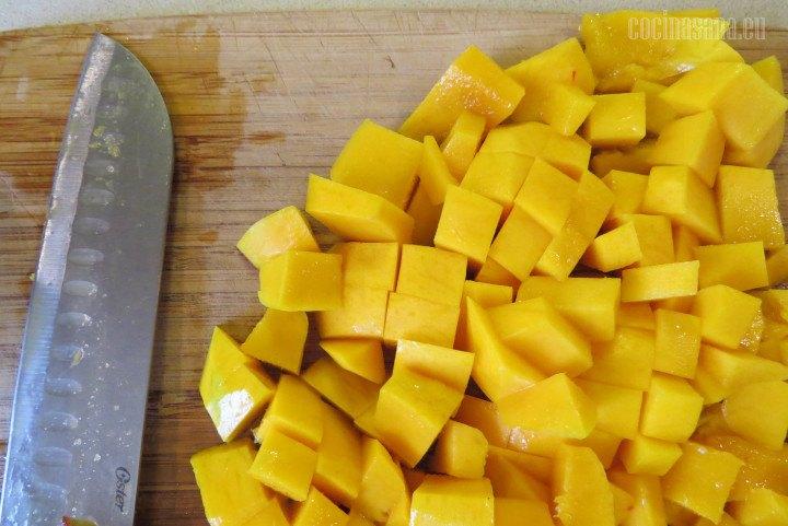 Cortar el Mango en trozos irregulares no tienen que quedar perfectos puesto que los vamos a triturar para preparar la mermelada.