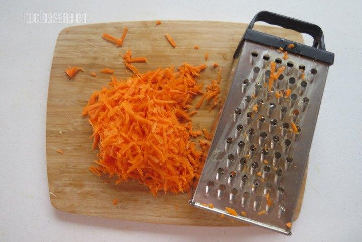 Rallar la zanahoria finamente puedes hacerlo con un rallador o con un procesador de alimentos.