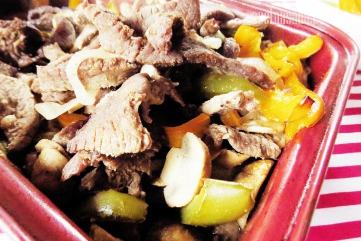 Fajitas de res con pimiento, champiñones, cebolla condimentados con ajo en polvo, comino etc.