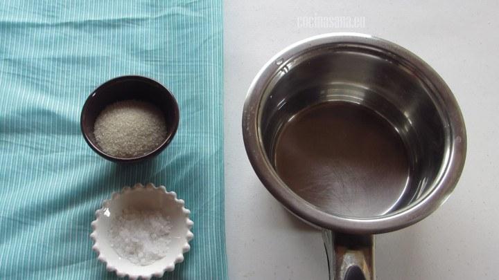 Mezclar todos los ingredientes para el encurtido, el agua, vinagre, azúcar, la sal. Etc.